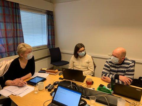 Ordfører i Sel, Eldri Siem (t.v), kommunalsjef Inga Gudrun Hyrve og virksomhetsleder Rune Grindstuen i formannskapsmøte nå - med munnbind.