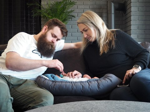 FAR MÅ VENTE PÅ MOR OG BARN: Erik Høistad Skyttermoen og Anette Børsheim med sønnen Mikkel. De har opplevd de nye smittevernrestriksjonene ved barselavdelingen.  - Det er veidig deilig å være hjemme med babyen, sier foreldreparet.