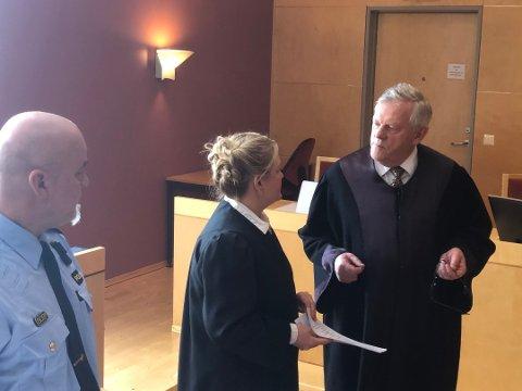Retten fulgte aktor, Iris Øsp Lydsdottir Storås. sin påstand om 15 års fengsel. Her står Storås sammen med mannens forsvarer, Kåre Lund, under rettsforhandlingene.