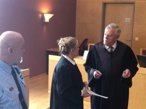 SISTE DAG I RETTEN: Tiltaltes forsvarer Kåre Lund i samtale med aktor Iris Øsp Lydsdottir Storås. Til venstre politiets etterforskningsleder Brede Holdbrekken.