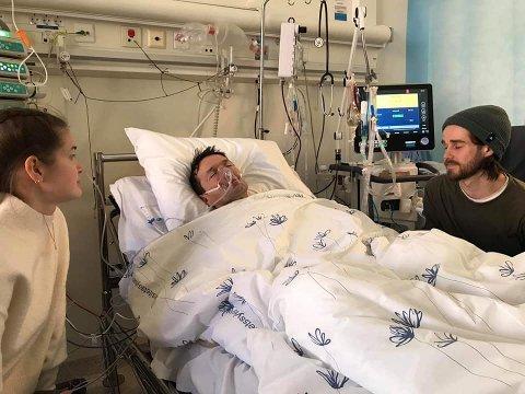 Kåre Hansen ble først fraktet til sykehuset på Lillehammer, hvor han ble koblet til respirator. Han ble deretter fløytet   til Ullevål sykehus, hvor han etterhvert våkner til at barna Ingrid Frantzen og Sindre Frantzen sitter ved hans side.