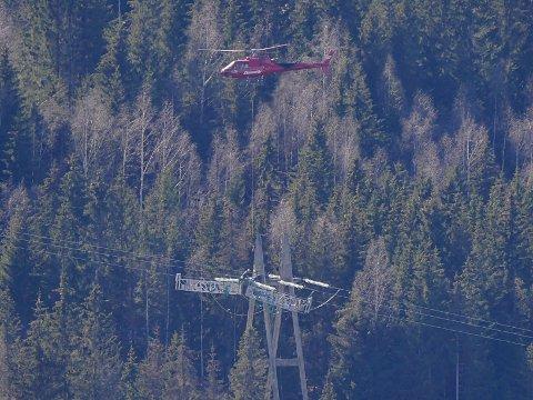 Helikopter på oppdrag for Statnett, i arbeid over Lågendeltaet 21. april ved 14-tida.