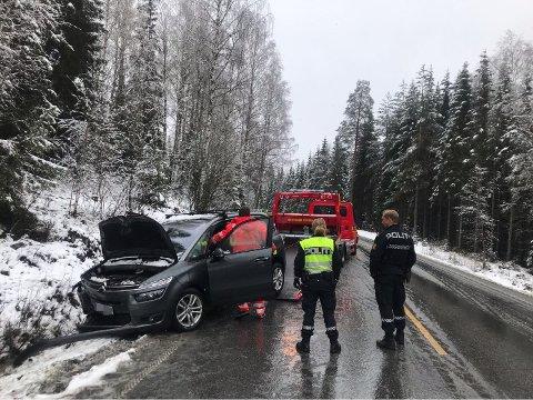 I GRØFTA: En personbil kjørte i grøfta på Brøttum fredag.