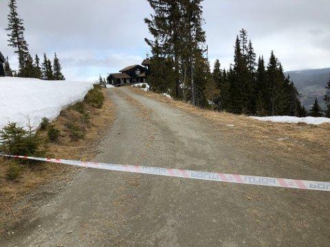 SPERRET: GD registrerer at politiet nå har sperret av et større område enn tidligere rundt hytta til Tom Hagen i Kvitfjell.