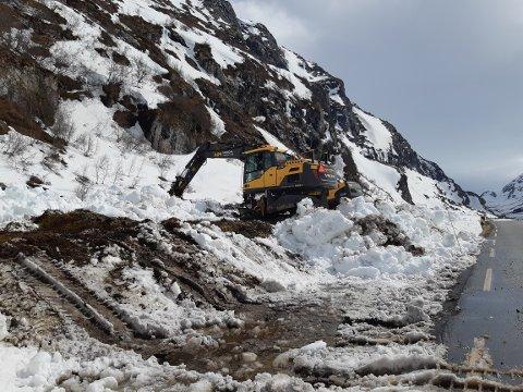 FLOM: Gravemaskiner ble rekvirert for å fjerne snø som sperret for flomvannet i elva langs Sognefjellsvegen.