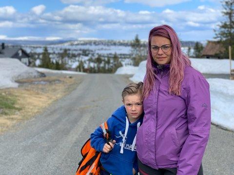ETTERLYSER INVOLVERING: Henrik og Ellen Tømte Hagen frykter konsekvensene dersom skolen legges ned i Mesnali.