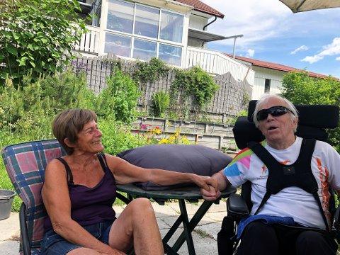 GODT LIV: - Vi har et godt liv her heime, takket være den oppfølgingen vi får fra heimesykepleie, fysioterapeut og ergoterapeut. Uten dem hadde vi snart vært på sykehjem begge to, sier Liv. Her heime i hagen der Liv leser høyt for Erik, fra Roy Jacobsens siste bok.