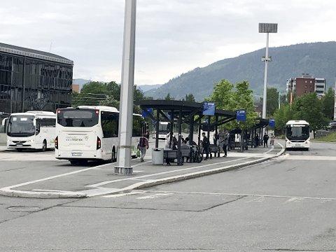 Bybusser på Lillehammer skysstasjon. Fra neste sommer tar trønderbiler over busskjøringen fra Unibuss.
