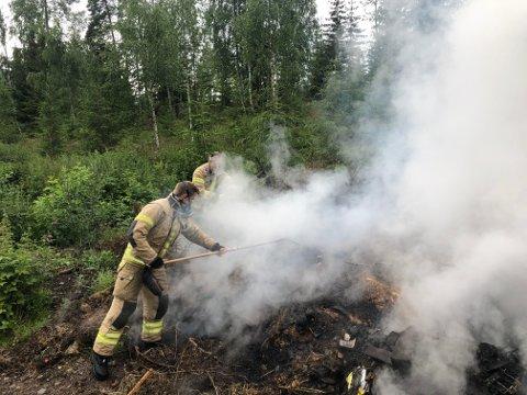 Brannvesenet i Midtdalen advarer mot tørr bakke og skogbrannfare og ber folk sjekke at bålet er slukket skikkelig. Bildet er arkivfoto fra bråtebrann i skogen ved Storkjølla i Øyer den 6. juli 2020.