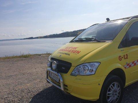 PÅ PLASS: Dykkerbil fra Gjøvik brannvesen var tirsdag på plass ved Mjøsa for å undersøke nærmere etter savnede Tom Vegard Grønje.