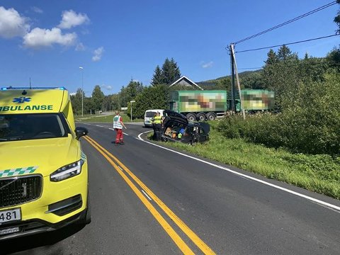 Ulykke: Pesonbilen havnet i grøfta i sammenstøtet med