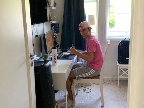 KORONASMITTET: Filip Linnerud er bekreftet smittet av korona, og er nå isolert på rommet. Unggutten holder motet oppe til tross for lange dager. Foto: Privat