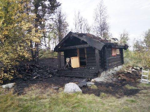 TOTALSKADD: Annekset i tømmertunet er totalskadd etter brannen søndag. Det har også brent godt i vegetasjonen rundt bygningen.