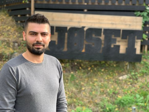 Mostafa (29) gleder seg til å starte opp restaurant og bar i Fjøset på Øyer.