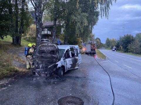 Utbrent: en bil begynte å brenne i Åsmarkvegen tirsdag morgen.