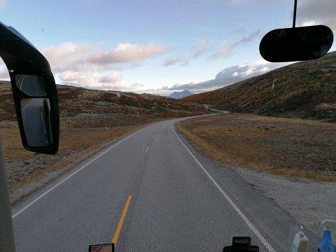 Et busselskap som reiste gjennom Lillehammer og Gudbrandsdalen på veg mot vestlandet fikk påvist smitte blant 33 av sine passasjerer. Langs reiseruta er flere satt i karantene, blant annet i Lillehammer.