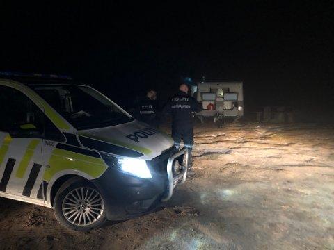 Politiet undersøker campingvognen etter at to jegere ble funnet omkommet ved Muvatnet på Venabygdsfjellet natt til mandag.