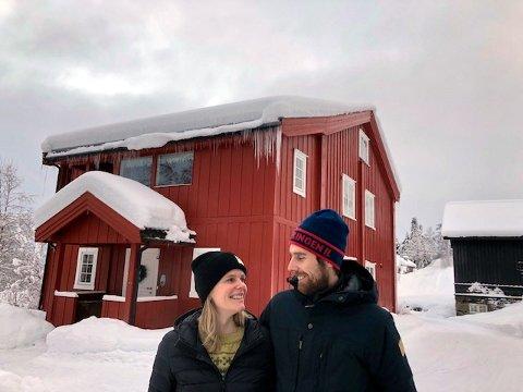 Sondre Forseth og Berit Brateng har akkurat restaurert gammelstua på Sygard Forset. Nå må de flytte 400 meter over jordet fordi kjøpet av nabogarden utløser boplikt.