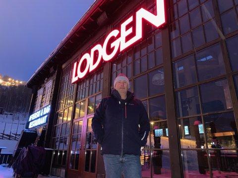 TØFFE TIDER: Restauratør Rune Haugen driver spisestedet Lodgen i Hafjell. Han er glad for at Stortinget nå går for at det lokale smittepresset skal være avgjørende for om det blir tillatt med skjenking.
