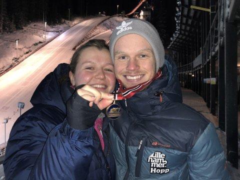 GULLKLEMMEN: Anders Ladehaug fikk vel fortjent klem av samboer Cathrine Wolowiec etter seieren i Granåsen.