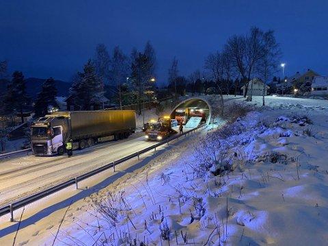 Trafikkulykke: Bilene står ved utgangen av Puttentunellen i sørgående retning