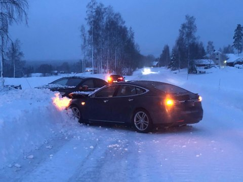 De to bilene kjørte begge rett inn snøkanten i stedet for å møte hverandre med fronten da de kom på kollisjonskurs.