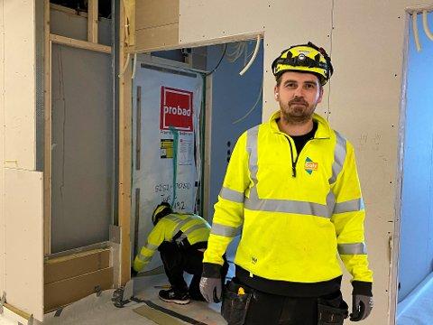 PENDLER: Espen Hansen er arbeidsleder og gulvsparkler i Gulventreprenøren AS. Han er en av mange arbeidere fra Gudbrandsdalen som ukentlig pendler inn til Follo og omegn. Mandag var han blant annet på denne byggeplassen på Tøyen, i Oslo.