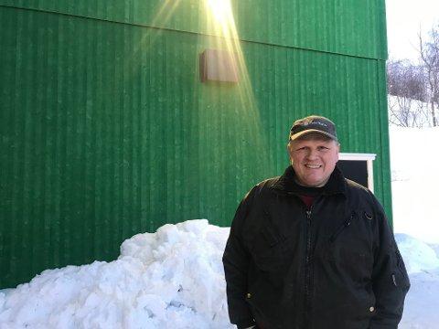 STOR INVESTERING: Ole Christian Øksne foran sitt nye fjøs. Prislappen kom på i overkant av åtte millioner, og Innovasjon Norge har gitt tilskudd på en fjerdedel av kostnaden.