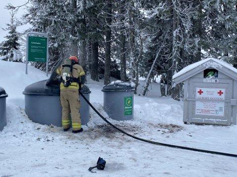 Brannvesenet måtte rykke ut til Hafjell da det brant i en pappcontainer torsdag formiddag.