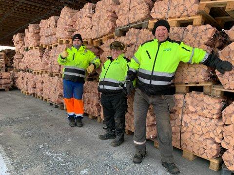 (F.v) Brede Overvik, Bjørn Gustavsen og Torgrim H. Opheim ved Vedsentralen til Lipro jobber hardt hver dag for å holde dølene gode og varme.