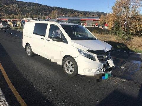 Varebilen kjørte ut fra Circle K der det er utkjøring forbudt, svingte i retning sentrum og kolliderte med en personbil.