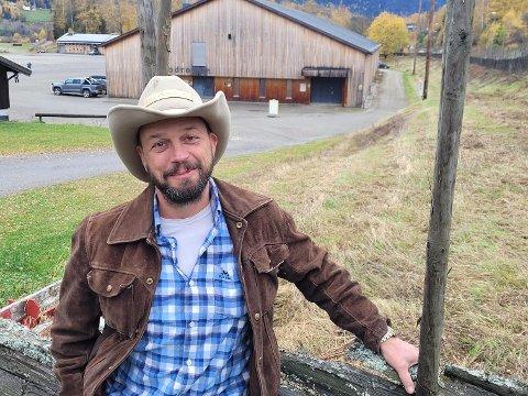 TV-snekker Ole Rosen Lystrup var på besøk på Hyttemessa på Stav lørdag. Der snakket han om bærekraftig gjenbruk.