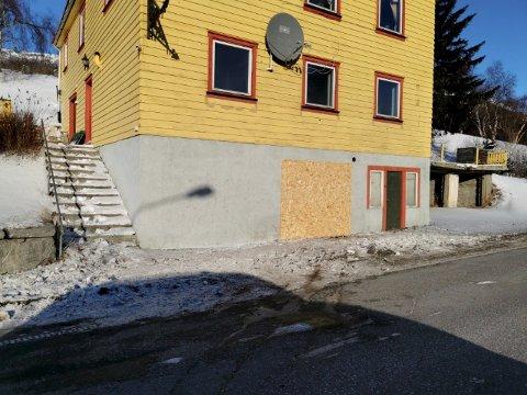 En stor personbil kjørte av vegen og inn i veggen på det tidligere bakeriet i Lesja sentrum. Hullet der det tidligere var ei dør er nå tettet med ei plate.