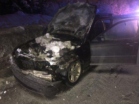 BRENT: Røykskyen lå lenge over veien etter brannen var slukket. Sjåføren er lettet over at det skjedde på vinterstid.