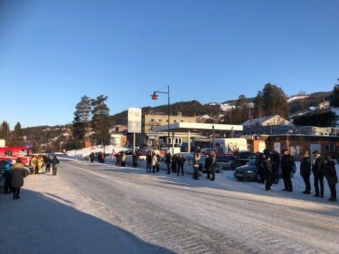 Folk hadde tidlig fredag formiddag samlet seg langs vegen på Cadillac Diner på Tretten.