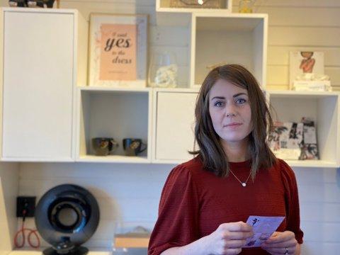Knappe fire uker etter at hun måtte stenge ned nisjebutikken Sans for bryllup, er Camilla Rødde på plass i ny jobb.