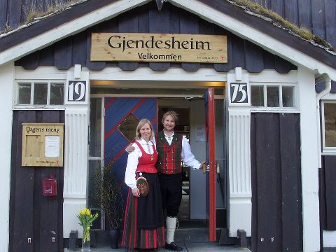 HOLDER ÅPENT: Marius Haugaløkken og Anne Taagvoll, vertskap på Gjendesheim. Foto: DNT