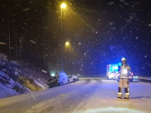 Politi og brannvesen er på plass på ulykkesstedet der to personbiler ligger i grøfta.