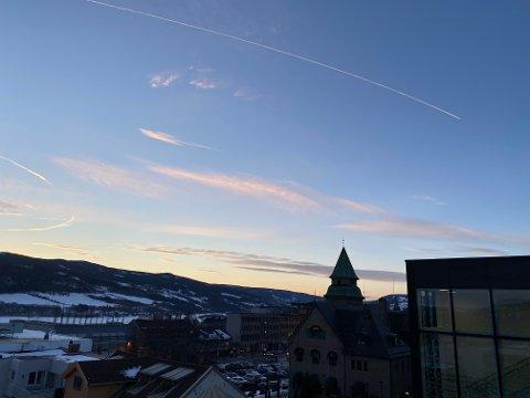 Fire ganger skal det store flyet ha sirklet over Lillehammer i solnedgangen onsdag kveld.