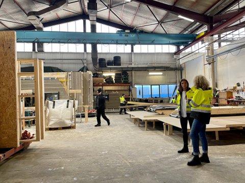 Nye Hytter AS produserer for og trenger flere medarbeidere. Her er daglig leder og innehaver Justyna Skorupska i samtale med selger Nina Elisabeth Smedstad.