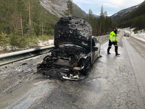 Slik endte turen for en voksen kar fra Vestlandet som tirsdag ettermiddag kjørte langs Rustvegen mellom Sel og Vågå. Han kom seg uskadet fra bilbrannen.