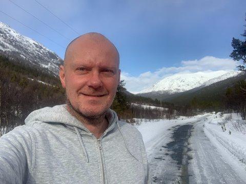 Audun Skarbøvik på leting etter egnede innspillingssteder for filmen Troll.