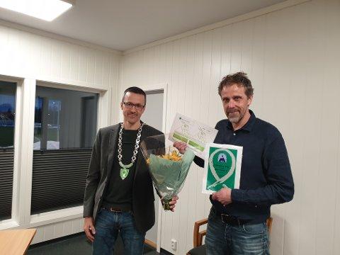 Ordfører Jon Halvor Midtmageli (t.v.) delte ut kulturprisen til Øyer-Tretten Idrettsforening. Å motta kulturprisen ble det aller siste Tor Formo gjorde som leder av idrettsforeningen.