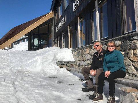 Vertskapet ved Leirvassbu, Ole Jacob og Tove Grindvold, hadde gledet seg til å åpne dørene, men det lar seg ikke gjøre.