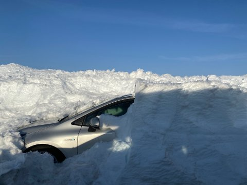 Slik så det ut da mannen fant igjen bilen på Valdresflya, etter 14 dager med vind og snøføyke.