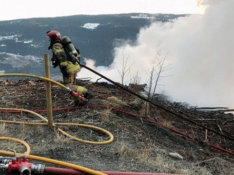 Brannmannskapene hadde en stor jobb med å slokke ilden  og temme varmen den tørre og vindfulle tirsdagskvelden 20. april.