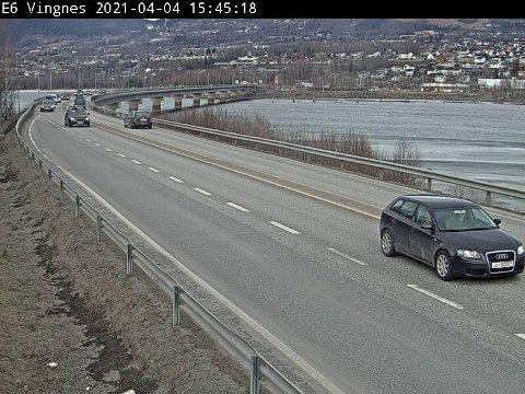 Trafikken er i ferd med å tetne seg til fra Lillehammer og sørover, ifølge Vegtrafikksentralen. Trafikanter må belage seg på saktegående trafikk.