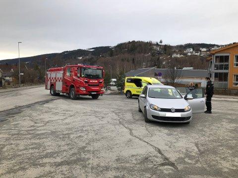 Brann, ambulanse og politi rykket ut til Vingnes, tirsdag ettermiddag.