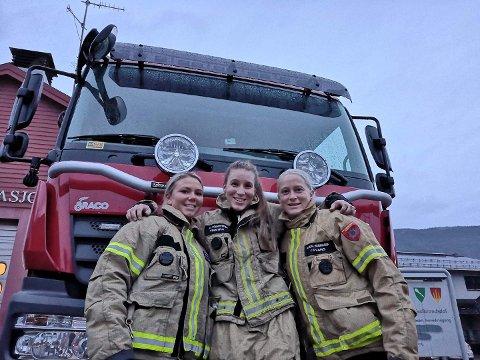 TRE KVINNER I BRANNVESENET: Camilla Karlstad, Caroline Møller Agdestein og Marita Vollan Dalseghagen er de eneste kvinnelige brannkonstablene i Midt-Gudbrandsdalen. Nå har Agdestein (i midten) fått ny stilling på forebyggende avdeling som brannforebygger.