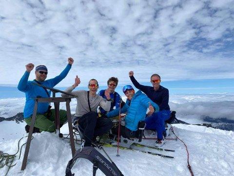Mariann Brattland fra Vågå på toppen av Galdhøpiggen, sammen med fire gode hjelpere; Ørjan Venås (t.v)Jan Håvard Bleka, sønnen Kristian og Tor Erik Moen.
